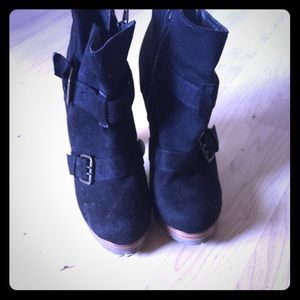 Super cute boots with buckles